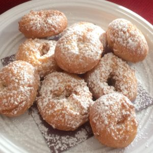 A plate of powdered donuts
